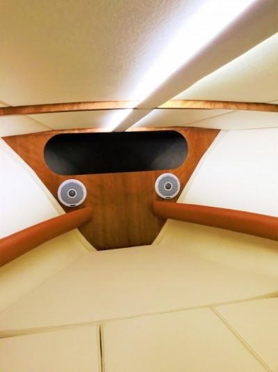 Luksusowe łodzie motorowe nocą - White Eagle